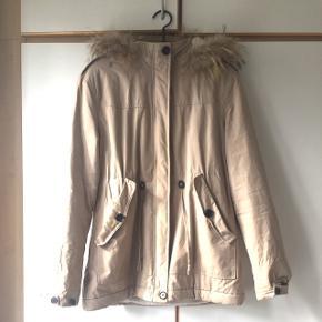Lys Samsøe & Samsøe jakke. Hvidt for indvendig og kaninpels på hætten.