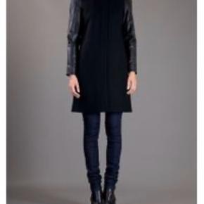 Malene Birger frakke i sort uld ned læderærmer. -Ved handel over TS kommer TS gebyr + porto oveni