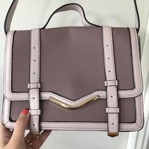 Super fin taske, har aldrig været brugt - dog fået skrammer lidt skrammer på bagsiden, af at hænge i skabet ( se billedet) sælges derfor billigt grundet det og flytning.
