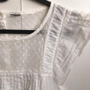 Brystvidden 96cm  En sød hvid tunika fra VILA der kun er brugt ganske få gange🌸 Mærket er klippet af i nakken, men ellers er der ingen skader eller slid på blusen🌸 100% bomuld