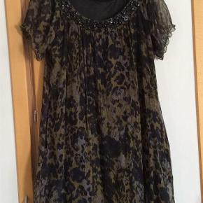 Varetype: Smuk silke kjole Farve: Sort, grøn mm  Yndig kjole, Gennemforet. Måler fra ærmegab til ærmegab 54 cm. Længden 90 cm.  Bytter ikke