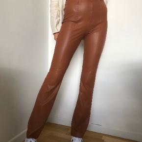 NA-KD bukser, aldrigt brugt. Medfølger ekstra knap. Kan passes af xs og small