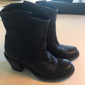 Lækre støvler fra italienske Fiorentini+baker støvler. List store i størrelsen. Svarer til str. 37. Håndlavede.