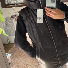 Helt ny monster fed vest fra Zara!! Den er lige kommet ud, derfor sælges den til fast pris;)) Den er en størrelse xs-s, men den fitter stort   Materialet er noget lignende læder, så den føles super lækker !🤎