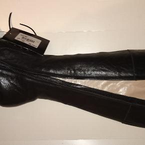 Høje sorte støvler fra L'Autre Chose, str 38. Har lyst skindfór og gummisål og derfor super behagelige at have på. Lynlås og pyntesnørrelukning på fod og op ad benet. Hælhøjde: ca 9,5 cm Omkreds øverst: ca 36,5 cm Omkreds øverst ved læg: ca 36 cm Plateau inkl gummisål: ca 1 cm
