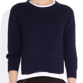 Fin Base rib-knit sweater fra Etoile Isabel Marant . Brugt, men i pæn stand uden huller, pletter, fnullertotter eller lign. 100% uld. Mærket i nakken er blevet lidt mørkere efter brug.  Brystmål: 50 cm på tværs fra armhule til armhule , dvs 100 cm i omkreds. Længde: 52 cm fra nakken og ned. En fr 40, min mor er en dk 38 40 og passer den fint.   Se også alle mine andre annoncer!   Søgeord: sweater strik ribstrik rib bluse slidser strikket trøje navy mørkeblå blue knit klassisk