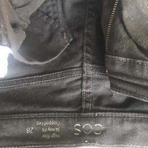 Stramme, højtaljede COS jeans størrelse 28.