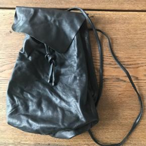 Flot rygsæk fra COS i lammeskind. Næsten ikke brugt men har ligget i en anden taske så derfor lidt rynket.