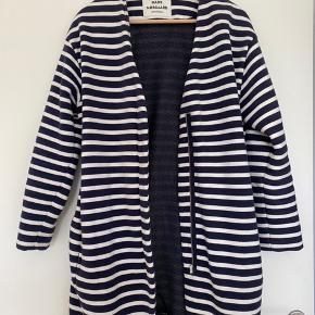 Sailor Sweat jakke fra Mads Nørgaard. Grundet at jakken er 70% bomuld og har været vasket, er den en smule fnuldret.  Style nummer: 50281  Skulder til bundsøm: 89 cm Lynlås: 40 cm og starter 20 fra bundsøm