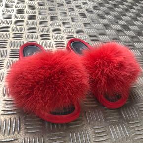 Fede slippers fra Kopenhagen Fur x H2O Modellen hedder Foxy Fox Hibiscus   Er helt normal i størrelsen - jeg bruger selv 38,5 men kan sagtens passe dem.   Brugt maks 3 gange!  Skriv for flere billeder 💃🏼 Kan ses/prøves i Højbjerg