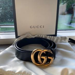 Jeg sælge mit Gucci bælte, grundet det ikke bliver brugt nok.  Mp:1600kr Brugt ca 10 gange maks og fremstår som nyt. Køber betaler fragt. Str: 85 Bredde: 3cm For flere billeder skriv i privat besked.