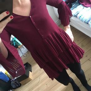 Kun brugt få gange. Kan både være kjole med lang top under, eller til bukser som på billedet. Længere bagpå. Passer almindelig størrelse small. Byd