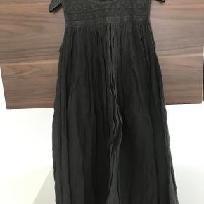 Flot kjole i str. 128 Flot mørkegrå farve Der er flot strut i kjolen Pæn stand  Prisen er excl. porto Bemærk, mine priser er faste. Handler gerne mobilepay på 26810990