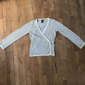 Rigtig fin Filippa K sweater. Har en plet på ærmet, men ikke noget man ser, kan sikkert vaskes af.