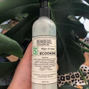 Ecooking Rensegel 200 ml. 💆🏼♀️🥒  Beskrivelse: Ecooking rensegel er et lækkert renseprodukt, som kan bruges til en normal eller fedtet hud. Den fjerner effektivt skidt og snavs fra hudens overflade, samtidig med at den fugter og plejer huden. Den indeholder blandt andet agurkekstrakt, E-vitamin og milde vaskeaktiver. Produktet kommer i en pumpeflaske, så den er nem at dosere. Få en helt ren og strålende hud med Ecooking Rensegel.  Fordele: Rensegelé Til normal eller fedtet hud Fjerner skidt og snavs Fugter og plejer huden Nem at dosere Vegansk  Byd gerne kan enten afhentes i Århus C eller sendes på købers regning 📮✉️