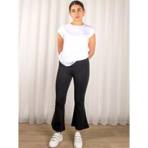 """Skønne elastiske bukser med svaj for neden, modellen hedder """"Orlando pant"""" og er almindelig i størrelsen. er ubrugt og stadigvæk med mærke i.  Materiale: 67% viskose 28% polyamid 5% elastane"""