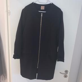 Velholdt sort jakke, str. 48/50. Sendes med DAO eller hentes på Amager.