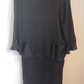 Smukkeste kjole med flotte detaljer fra moves. Dyb ryg. Fin kant rundt i taljen og diskrete prikker i silke-lignende stof.  Jeg giver gerne mængderabat ved køb af flere ting👌🏻 Skriv gerne for spørgsmål.  Køber betaler porto.