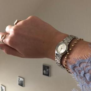 Sælger dette smukke sølv ur fra Casio med en lille urskive.  Det er helt nyt og har kun været prøvet på, og grunden til at det sælges, er da jeg personligt er mest til guld accessories. Det er vandtæt op til 5 bar hvilket betyder at man kan bade med det:)   Np er 112USD (750kr), og mp er omkring 300kr, men tager imod alle bud✨