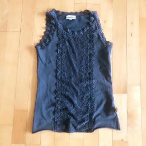 PompDelux sød blå top med blonde str 134/140cm