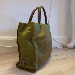 Prada nylon håndtaske  Stand: Tasken er rigtig god stand, udover et stykke af gangen der er knækket af. Mål: 30 cm i længden  23 cm i højden  8 m i bredden Pris 720,- Kan sendes over Trendsales 📦