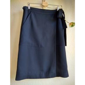 Den fineste slå om nederdel fra ARKET. Farven er mørkeblå og forhandles ikke længere i butikkerne. Det er en str 42 (men da det er en slå om, passer den også mindre størrelser).
