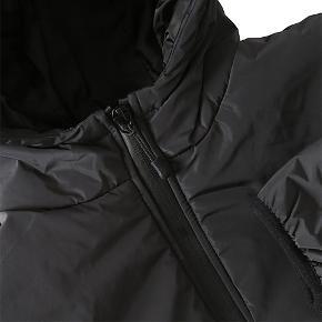 """- pris er inkl fragt  Super pæn og holdbar jakke fra Finger in the Jose ✨ Brugt få gange, fremstår derfor som næsten ny.  Der står str 12-13år inden i den, men jeg er selv 170 og den passer mig perfekt! Den er vind tæt og med regnsikker lynlås, lommerne er """"åbne""""   Mål:  Skulder til håndled - 55cm Længde minus hætte - 69cm  Bredde x 2 - ca 90cm   • sørger for at handlen bliver CO2 neutral- tilbyder mængde rabat"""