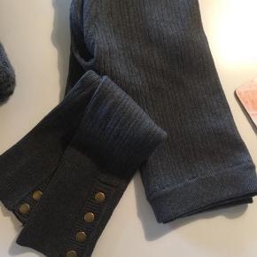 Varetype: Leggings Størrelse: L/XL Farve: Grå Prisen angivet er inklusiv forsendelse.  Materiale: 93% bomuld 7% elastan