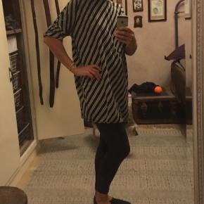 Stribet kjole fra Vero Moda str. small, 100% viscose. Grøn og hvid. Længde 82cm. 50kr Kan hentes Kbh V eller sendes for 38kr DAO