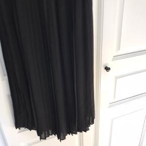Plisseret sort lang nederdel fra Graumann. Falder så flot. Nem at style. Brugt 1 gang. Lidt stor i str. Perfekt stand. Style navn Ofilia Skirt. Se mine andre annoncer!