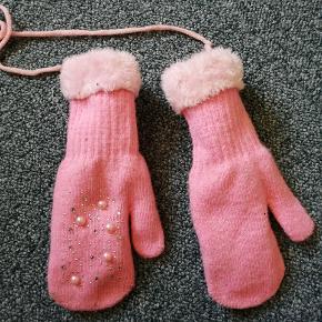 Sælger disse dejlige varme handsker. De er i str. 3-5år  Handskerne er brugt, men fremstår i pæn stand.  Sender gerne via DAO.  HAR OGSÅ TØJ I ANDRE STØRRELSER