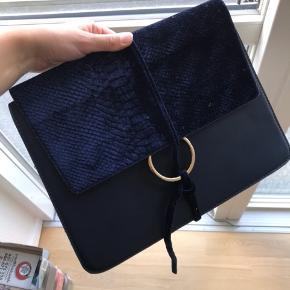 Sælger denne lign. Chloé taske, dog bare fra Missguided. Den er aldrig brugt og er stadig pakket ind, så derfor er tasken som ny. Der er plads til alt fra nøgler, til mobil, makeup osv. i tasken. Den har en guldkæde og lukkes med en knap, samt bindebånd i blåt velour.   Det er muligt at gemme kæden i tasken, så den bruges som en clutch.   Kan sendes på købers regning🌸