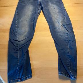 Fine bukser, med justerbar elastik i taljen.