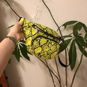 Neongrøn bæltetaske med nitter og slangeprint. Købt i primark i Berlin i maj mindes at prisen var 13 euro. Men byd da