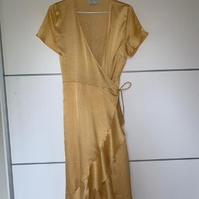 Sælger denne super fine og meget populære kjole i en str. S Aldrig brugt, derfor i helt ny stand.  Ny pris - 600kr.  Åben for bud:)
