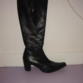 Lækre høje Billi bi støvler i sort læder 💞 Er i god stand og kvalitet, og hælen er 6-7 cm høj