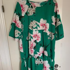 Der er tråde bagpå kjolen. Det ses ikke så tydligt i brug. Se billeder.
