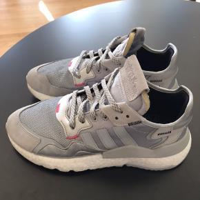 Adidas Nite Jogger i sølv sælges, da de er købt for store. Brugt få gange. 1 år gamle. Er små i størrelsen, så en 41 1/2 svarer til en 40.