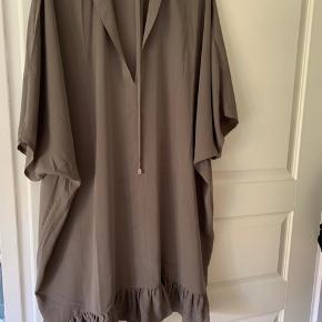 Str. m/l.  Kjolen er aldrig brugt, men har en lille syning der er gået op. Det har ikke betydning for kjolen og er man ferm med en sytråd kan det hurtigt fikses. Jeg sender gerne billeder af syningen hvis det er.
