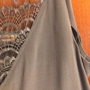 Elvira top fra custommade.  Lysgrå.  100% silke
