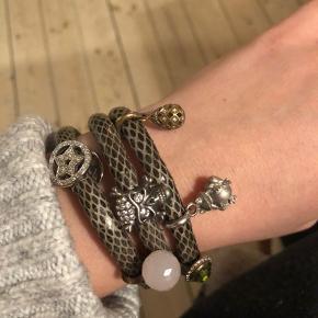 STORY armbånd fra Kranz & Ziegler. Gråt snakeprint læder og med 6 vedhæng. Haft det på max 5 gange.