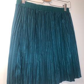 Super fin let plisseret nederdel fra Stig p med elastik i taljen. Kun brugt én gang