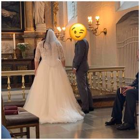 Sælger min meget smukke brudekjole brugt den 10 august 😁 Den trænger til en rens , ellers er den pæn og velholdt  Den passer str 42-44  Befinder sig i randers ved interesse  Sidste billede er af trøjen jeg har på, den kan sagtens medfølge hvis det ønskes 😊