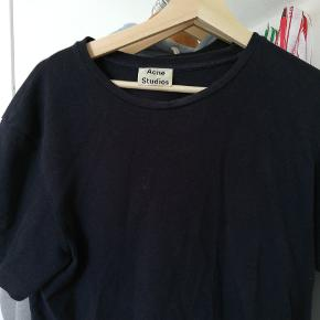 Acne studios t-shirt. Det er en størrelse xl, men den fitter dog mindere. Der er nogle røde pletter på maven,det er dog ikke noget man lægger mærke til.