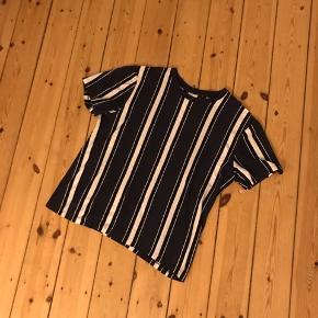 Stribet tshirt fra Zara med sorte og hvide striber. De vertikale striber har en slankende effekt. Brugt en enkel gang og vasket 🌼