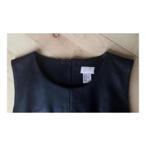 Lækker læderkjole fra H&M Premiums kollektion. Størrelsen er en 36 - og der er desuden omkring læderet stof i en tyk og let elastisk kvalitet, så den sidder flot til.  Kjolen endnu ikke taget i brug og standen er derfor fuldstændig som fra ny.  Nypris:999 kr Minstepris:se prisen + evt porto   Tag også gerne et kig på mine mange andre annoncer. ♥️ #30dayssellout