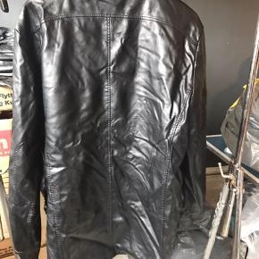 Herre jakke fra Denasia Str. 52 Ny med mærke på Materialet er polyester  Befinder sig i Kjellerup