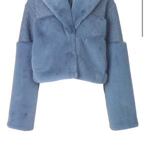 Der er et lille hul i armhulen inden i, på jakken, men ellers er jakken i perfekt stand og som ny.