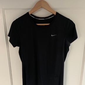 Flot t-shirt fra Nike running - Brugt meget få gange   Str: S  Pris: 100kr. Fragt: 37kr. Sender med trendsales handel  - ALT SKAL VÆK