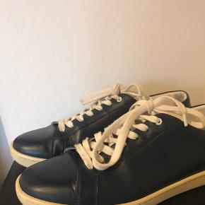 Saint Laurent sneakers brugt 1 gang Sælges da de er købt en størrelse for stor Str 39  Nypris 4.000kr Byd!